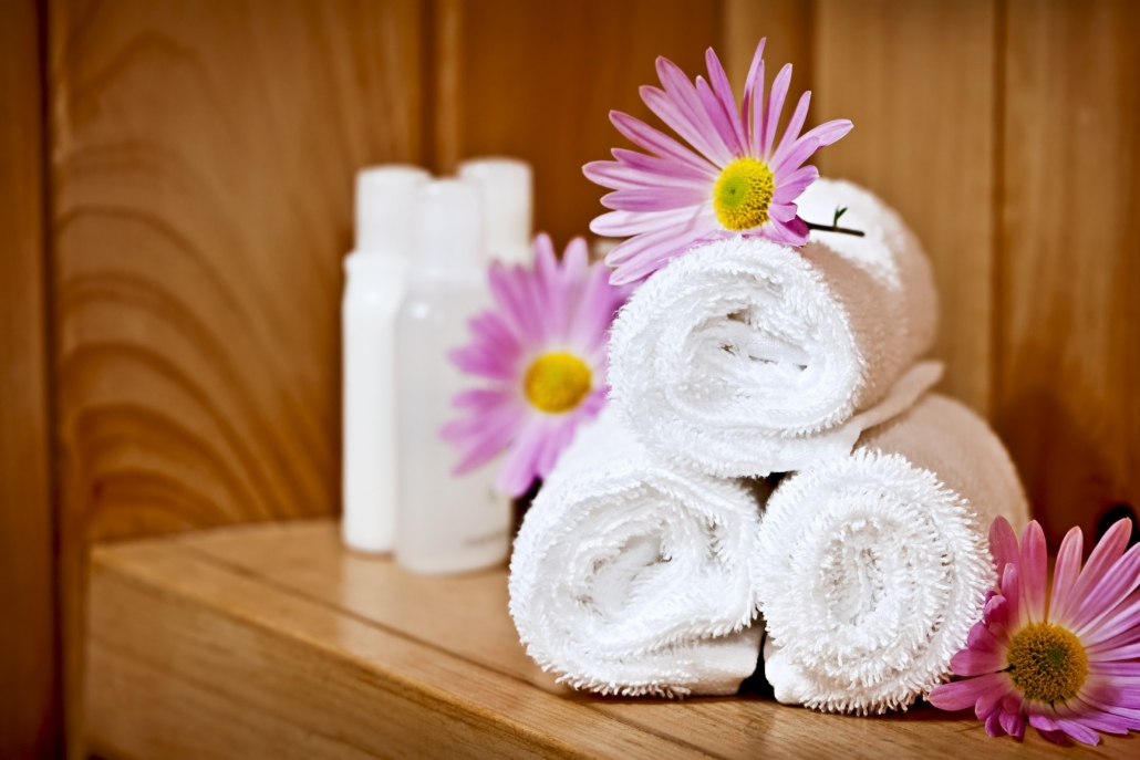 CitySauna - White rolled up spa towels